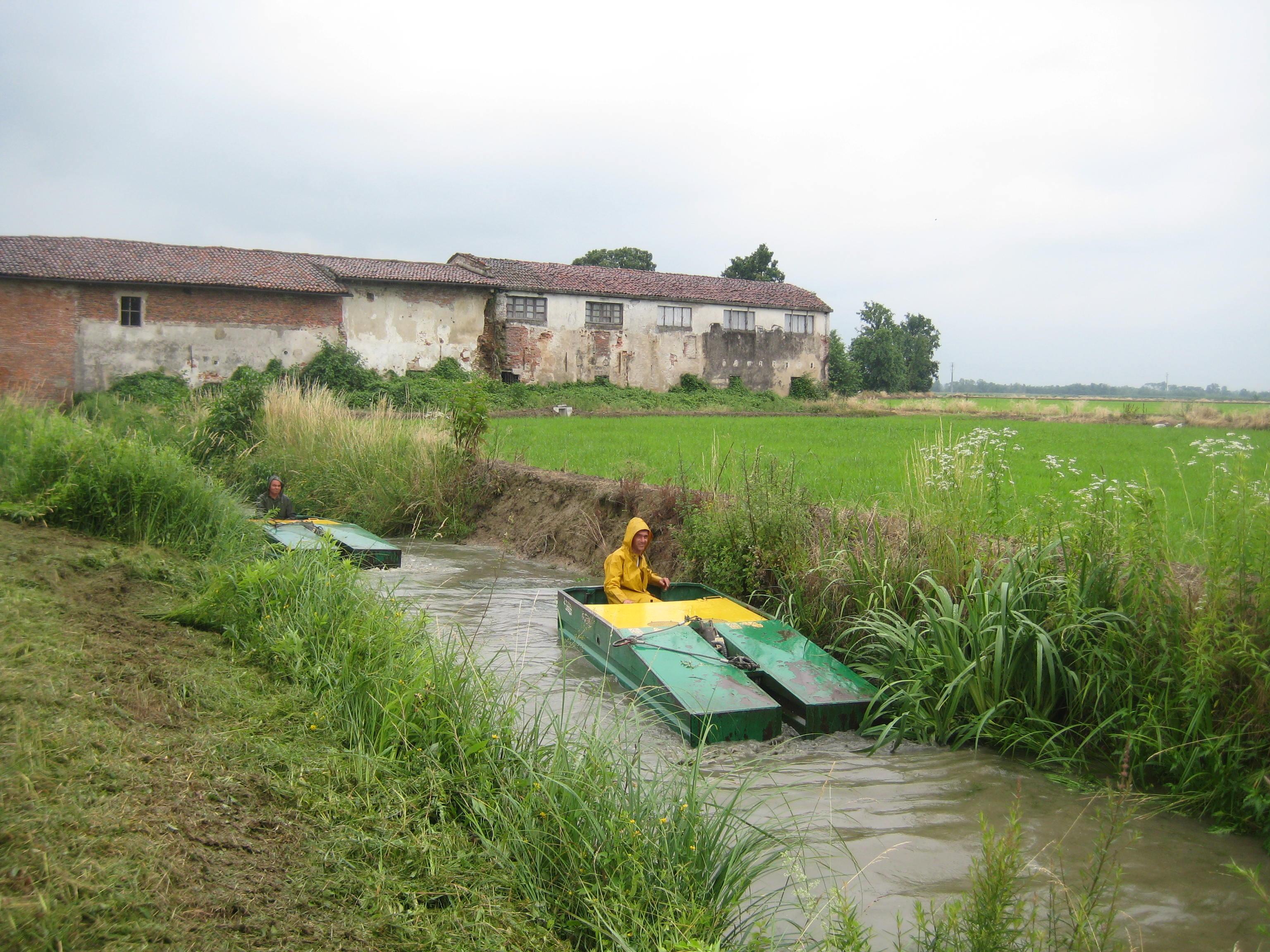 imbarcazione per la pulitura dei fossi